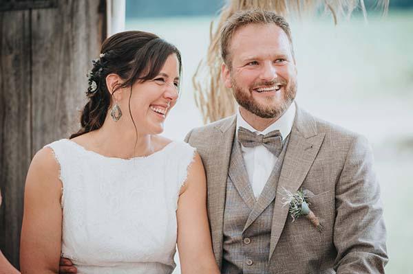 Tina Redet Hochzeit Brautpaar lachend